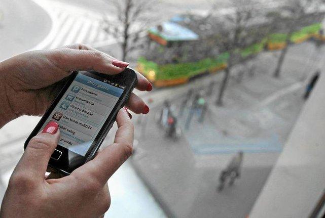 Korzystasz z telefonu podczas... spaceru? Zobacz w jakim kraju grozi to mandatem